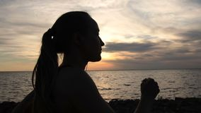 跑步在海滩的跑的适合的妇女在日落 股票视频
