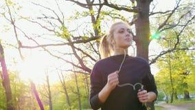 跑步在落日的背景的森林里
