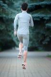 跑步在路的连续训练赛跑者外面在背面图ru 库存照片