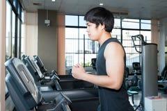 跑步在踏车的亚裔人 健康生活方式 库存照片