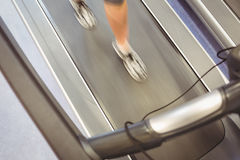 跑步在踏车的适合的妇女 免版税库存图片