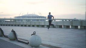 跑步在都市堤防的非裔美国人的人 股票视频