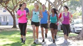 跑步在都市街道下的小组赛跑者 股票录像