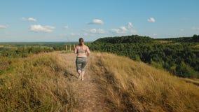 跑步在高地的超重女孩在清早 影视素材