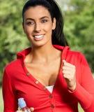 跑步在citypark微笑的美丽的妇女 免版税库存图片