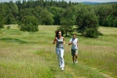 跑步夏天妇女年轻人的耳机 库存照片