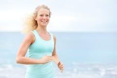 跑步外面在海滩的连续女子运动员 免版税图库摄影