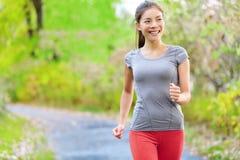 跑步妇女北欧速度的力量走和 免版税库存照片