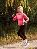 跑步愉快的孕妇外面 库存图片