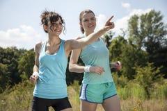 跑步早晨的两个俏丽的女孩 免版税库存图片