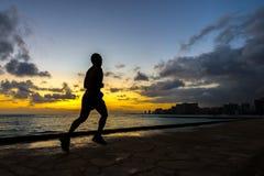 跑步沿威基基海滩的赛跑者Silhoutte 图库摄影