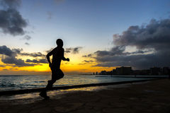 跑步沿威基基海滩的赛跑者Silhoutte 库存图片