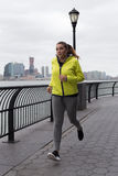 跑步由河的少妇 图库摄影