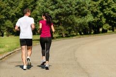 跑步白种人夫妇背面图  库存图片