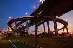 跑步的公园在黄昏的Bhumibol桥梁下 库存图片