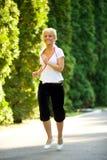 跑步的妇女年轻人 免版税库存图片