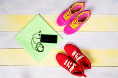 跑步的明亮的背景,与两双鞋和音乐电话 库存照片