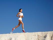 跑步的沙子妇女 免版税库存图片