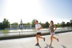 跑步跑的赛跑者在马德里El Retiro公园 库存照片