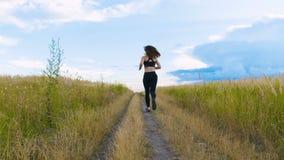跑步适合的妇女行使跑的心脏室外在夏天领域 锻炼母赛跑者 股票视频