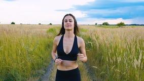 跑步适合的妇女行使跑的心脏室外在夏天领域 锻炼母赛跑者 股票录像