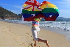 跑沿与r的海滩的婚姻平等欢悦妇女 免版税库存图片