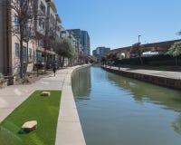 跑沿包缠的未认出的人民曼德勒运河在Irvi 免版税图库摄影