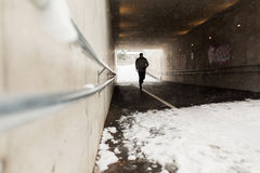 跑沿地铁隧道的人在冬天 图库摄影