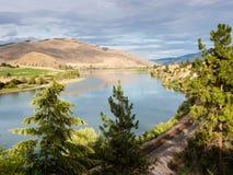 跑沿扁平头的河的铁轨在蒙大拿,美国 免版税库存图片