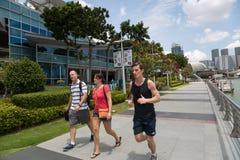 跑沿江边小游艇船坞海湾的人在新加坡 库存图片