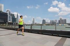 跑沿江边小游艇船坞海湾的运动员在新加坡 库存图片