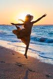 跑沿海浪的孩子 免版税图库摄影