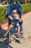 跑沿海海的小男婴 正面人的情感,感觉, 图库摄影
