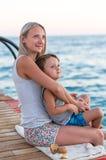 跑沿海海的小男婴 正面人的情感,感觉, 免版税库存照片