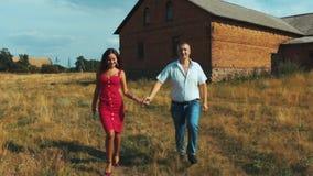 跑沿道路的愉快的年轻夫妇 影视素材