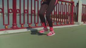 跑沿都市桥梁的适合的女运动员 影视素材