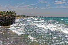 跑由海滩决定的波浪在一个大风天 库存图片