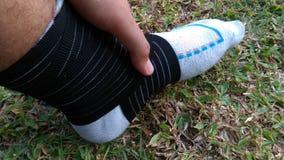从跑的伤害脚腕,当跑步时 免版税库存图片