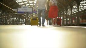 跑的加上在火车站的一个手提箱 妇女在她的手上的持护照,当火车离去时 影视素材