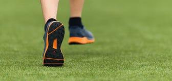 跑的孩子在运动鞋详述 免版税库存照片