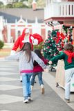 跑的孩子拥抱圣诞老人 库存图片