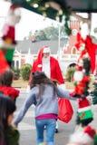 跑的孩子拥抱圣诞老人 免版税图库摄影