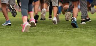 跑的孩子,在孩子奔跑种族跑的年轻运动员 库存图片