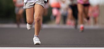 跑的孩子,在跑的年轻运动员孩子 库存图片