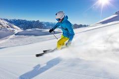 跑的滑雪道的滑雪者下坡 库存图片