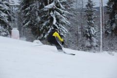 跑的滑雪道的滑雪者下坡 免版税库存照片