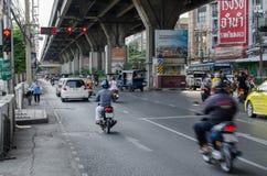 跑的自行车和汽车,当红色红绿灯 库存图片