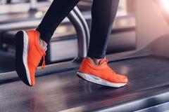 跑的运动鞋在健身房 图库摄影