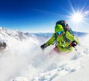 跑的滑雪道的Freeride滑雪者下坡 库存照片