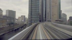 跑穿过城市的火车通勤者 影视素材